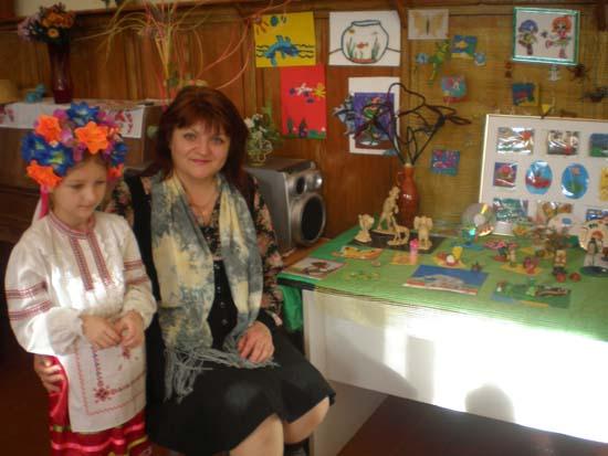 Олена Сиваченко біля виставки робіт її вихованців